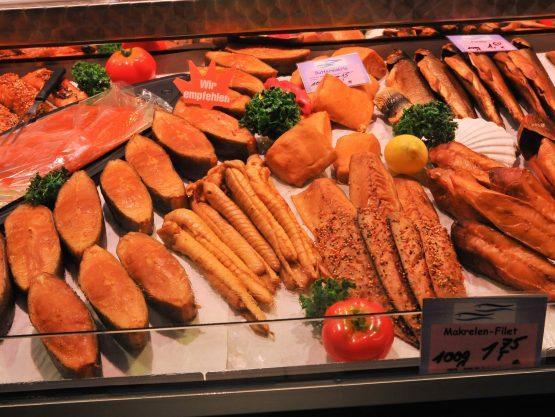 Dekoratives Bild: Fischauslage im Geschäft mit Schillerlocken
